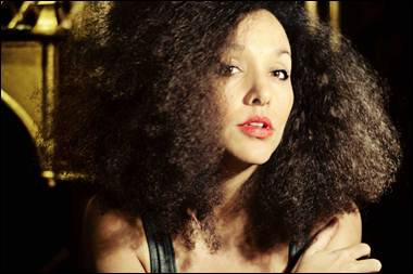 Aisha signer med Target og udsender single